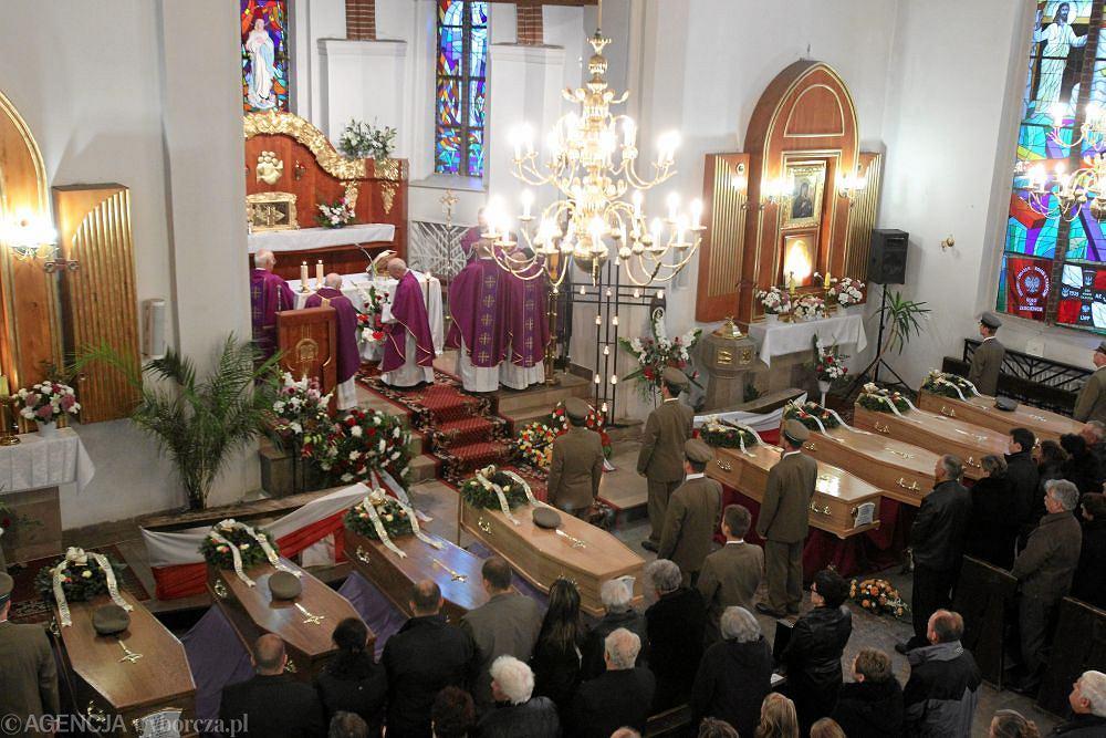 Podczas mszy wystawiono w kościele trumny z ciałami ofiar