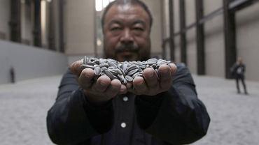 """Chiński artysta Ai Weiwei z częścią instalacji """"Ziarna słonecznika"""""""