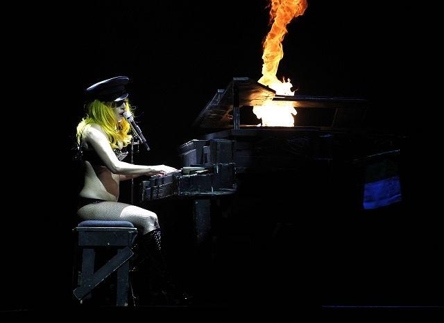 Lady GaGa występuje na scenie w czasie wyprzedanego koncertu w Odyssey Area w Belfaście.