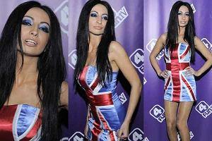 Jola Rutowicz po raz kolejny objawiła swą niezwykłą osobowość. Tym razem na imprezie 4fun.tv. Gwiazdka pojawiła się ubrana w sukienkę z wzorem flagi brytyjskiej. Wypinała się i wyginała do zdjęć. A na koniec znalazła chwilę by stanąć z Pawłem Stasiakiem. Zobaczcie jak aktualnie wygląda Jola R.