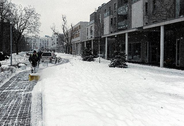 Odśnieżanie bez użycia soli przed osiedlem przy ulicy Biały Kamień w Warszawie