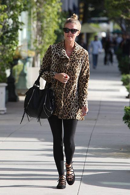 Nicky Hilton w płaszczu w cętki