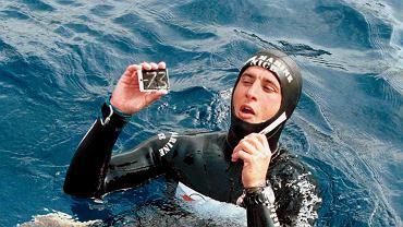 Bezdech. Francuski nurek Pierre Frolla po zanurzeniu się i wynurzeniu na bezdechu z głębokości 73 m. U sportowców stosujących bezdech ciśnienie cząstkowe tlenu w płucach obniża się, a dwutlenku węgla wzrasta, aż do momentu, kiedy potrzeba oddychania staje się silniejsza niż bodźce powstrzymujące pochodzące z kory mózgowej