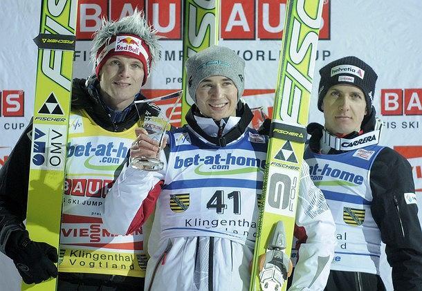 Kamil Stoch (w środku) na podium w Klingenthal