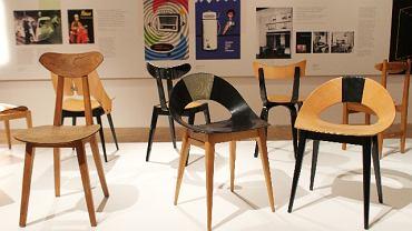 Najbardziej efektowne eksponaty na wystawie to krzesła ze sklejki, m.in. słynne 'muszelki' Teresy Kruszewskiej z 1956 r. (projektantka spotka się z publicznością w Muzeum Narodowym w najbliższy czwartek, 10 lutego, o godz. 18). Sklejka nie była w latach 50. materiałem nowym, ale pasowała do tej estetyki - można było ją wyginać na różne sposoby, na wzór form zaczerpniętych z natury. Powstawały krzesła lekkie, zgrabne, odpowiednie do ówczesnych małych metraży