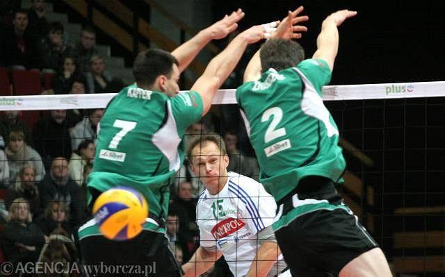 W grudniu akademicy z Olsztyna przegrali w Uranii z Fartem 0:3. Na zdjęciu atak Wojciecha Winnika