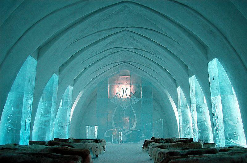Lodowa kaplica w Ice Hotelu w Jukkasjärvi
