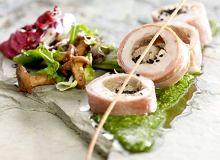 Rolada z perliczki z musem foie gras podana z pesto z natki pietruszki - ugotuj