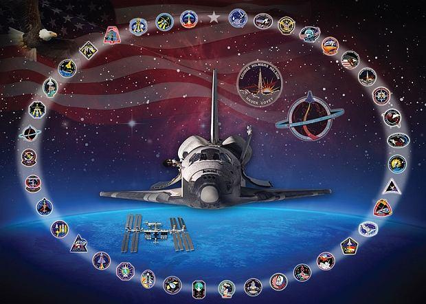 Prom Discovery wraz z wszystkimi odznakami wyróżniającymi poszczególne misje. Większe odznaki symbolizują starty po katastrofie Challengera i Columbii.
