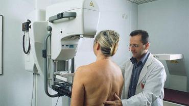 Zdrowie kobiety. Pacjentka poddaje się badaniu mammograficznemu. Coroczne przeprowadzanie tego badania zaleca się wszystkim kobietom po 50. roku życia