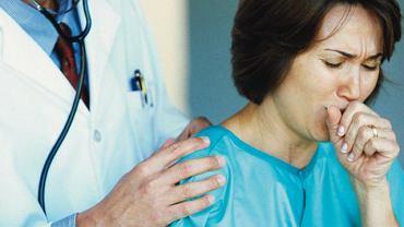 Kaszel. Lekarz osłuchujący pacjentkę w trakcie kaszlu, w celu zidentyfikowania jego przyczyny. Różnym schorzeniom przypisywane są odmienne rodzaje kaszlu