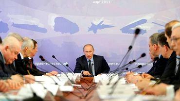 Władimir Putin podczas poniedziałkowego spotkania w jednej z fabryk w rosyjskim mieści Wodkińsk