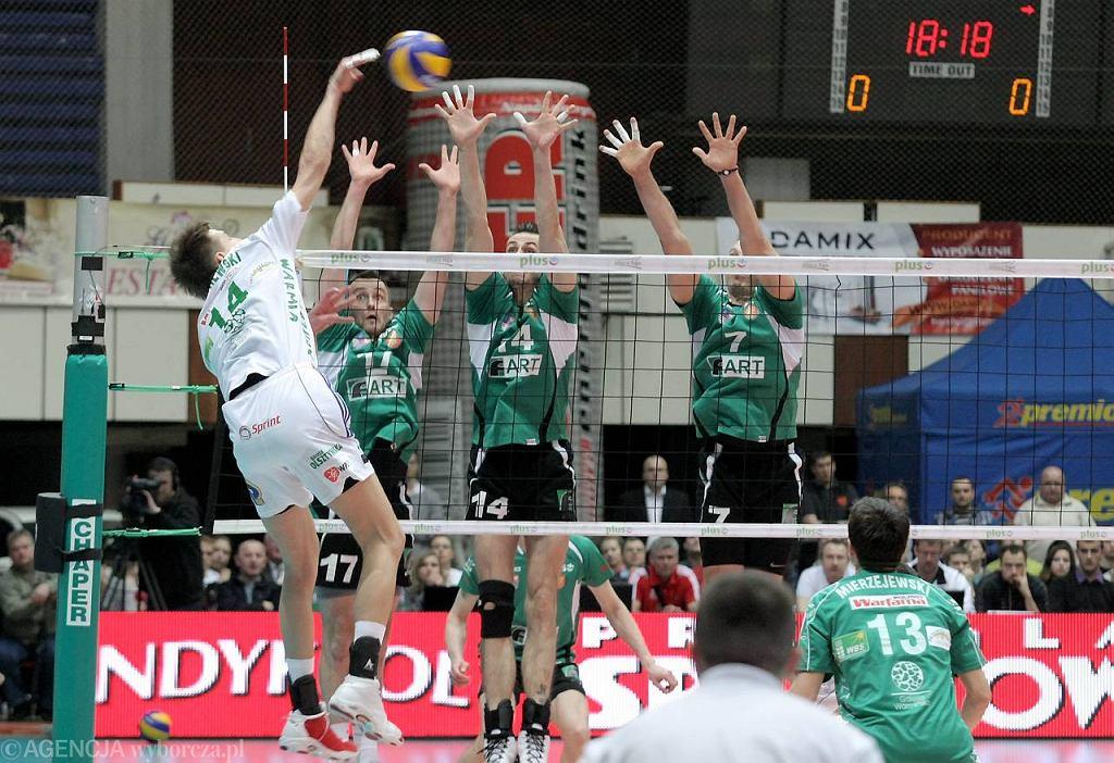 Maciej Dobrowolski (z nr 17) jeszcze w barwach Fartu Kielce w meczu z AZS Olsztyn. Kwiecień 2011 r.