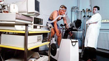 Praca mięśni. Możliwości wykonania pracy przez mięśnie różnią się w zależności od osoby i zależą od kilku czynników: hipertermii, poziomu tlenu, odkładania się kwasu mlekowego - produktu ubocznego powstałego podczas przemian energetycznych w komórkach mięśniowych