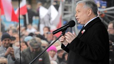 Jarosław Kaczyński przemawia pod Pałacem Prezydenckim w Warszawie