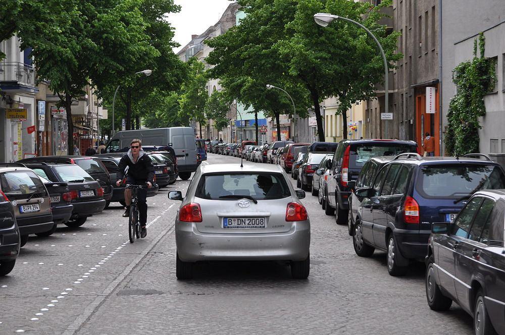 Uspokojenie ruchu pozwala często na zwężenie jezdni i wytyczenie nowych miejsc parkingowych.