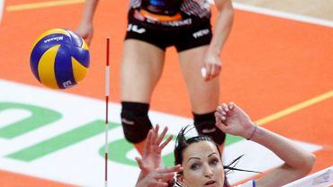 Krystyna Strasz (z nr 10) w meczu z Gwardią Wrocław