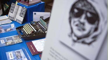 Rzeczy osobiste Teda Kaczynskiego wystawione na aukcję, z której dochody zostaną przeznaczone na pomoc ofiarom Unabombera (na pierwszym planie portret pamięciowy Unabombera)