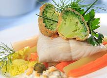 Parzony w białym winie filet ze szczupaka z sosem tatarskim i panierowanymi brokułami - ugotuj