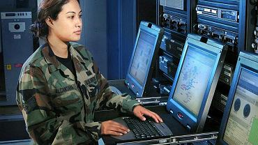 Sierżant sztabowa Melissa Alcantara, operator systemów komputerowych amerykańskiego lotnictwa wojskowego