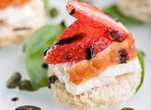 Grzanki z koziego sera zapiekane z truskawkami i łososiem - ugotuj