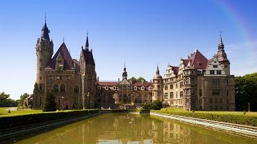 Zamek w Mosznej. Zamek w Mosznej robi wrażenie na każdym. Trzy, powstałe w różnych latach, części zamku prezentują styl barokowy, neorenesansowy i neogotycki. To połączenie sprawiło, że zamek w Mosznej jest z pewnością jedną z najpiękniejszych tego typu budowli w tej części Europy. W zamku znajduje się 365 pomieszczeń, a na zewnątrz naliczyć można aż 99 wież i wieżyczek. To zamek jak z bajki.
