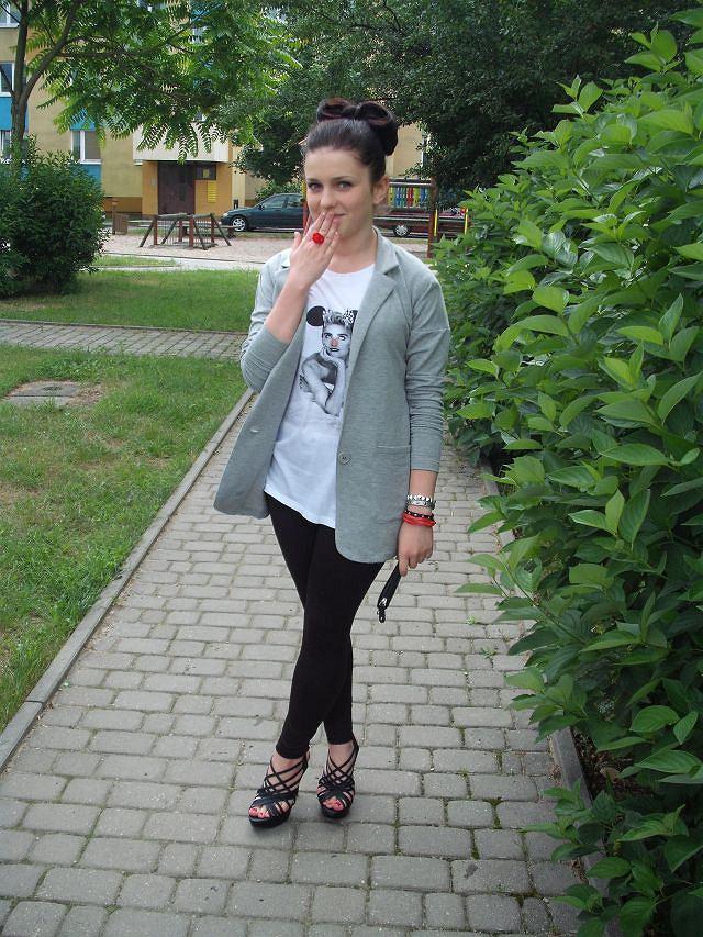 t-shirt - second hand, legginsy - second hand, marynarka - H&M, buty - www.luuluu.pl, kopertówka - second hand, biżuteria - www.katherine.pl, KappAhl