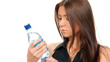 O wodzie mineralnej i każdej innej, sprzedawanej w butelce, możesz sporo dowiedzieć się z etykiety. Jeśli producent dopełnił obowiązku i potrzebne informacje zamieścił