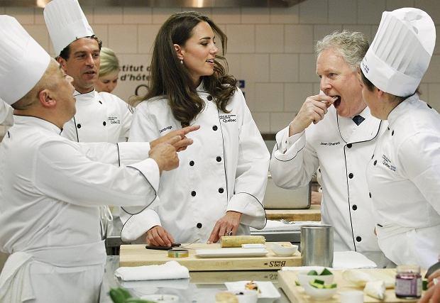 Znudziła Wam się już Kate Middleton? To dobrze, bo nam też nie. Jeszcze niedawno machała łopatą, a dziś uczyła się gotować u kanadyjskich mistrzów kuchni. I oczywiście wszystko robiła z niezrównanym wdziękiem.