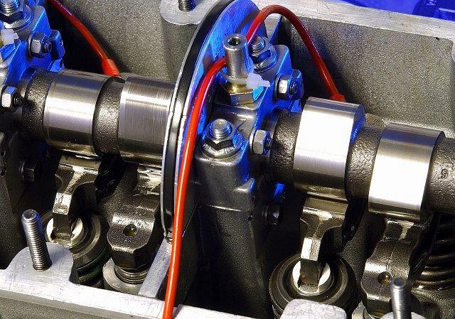 Czysta głowica silnika pracującego na oleju Castrol
