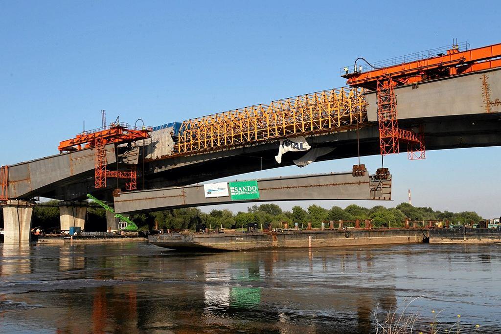 Podnoszenie trzeciego przęsła nurtowego mostu Północnego