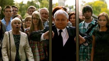Jarosław Kaczyński otwiera zamknięte drzwi. Na twarzach stojących za nim maluje się podziw