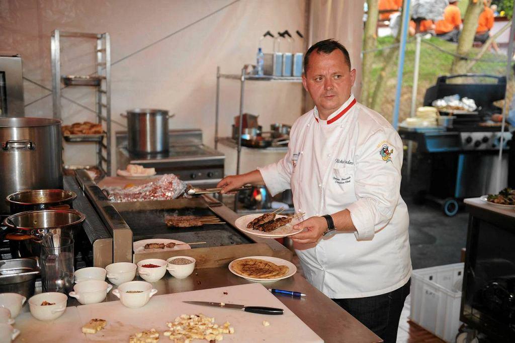 Szef kuchni Dariusz Struciński podczas pracy w Restauracji Mistrzów