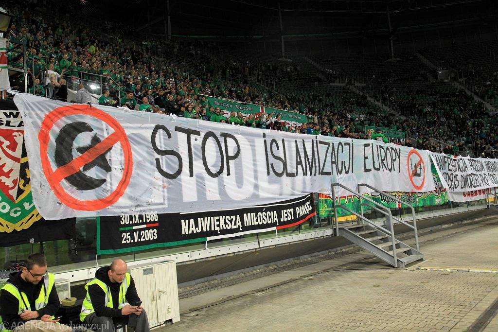 Transparenty wywieszone podczas meczu Śląska z Piastem