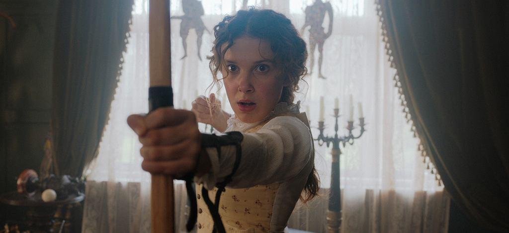 Millie Bobbie Brown jako tytułowa Enola Holmes w filmie, który premierę będzie miał na Netfliksie, 23 września.