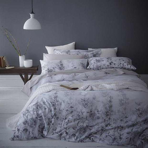 Sypialnia z ciemną ścianą