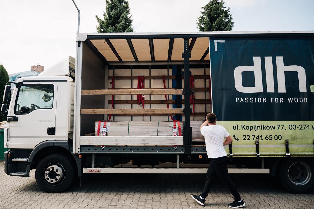 Dlh Global zapewnienia profesjonalną obsługę oraz dostarcza produktów najwyższej jakości. Jest jednym z największych polskich dostawców drewna i produktów drewnopochodnych.