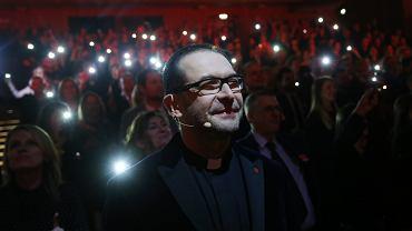Ksiądz Jacek Stryczek podczas gali podsumowującej Szlachetną Paczkę, Kraków 2016 r.