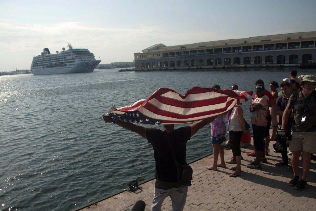 Amerykański statek wycieczkowy wpływa do portu w Hawanie