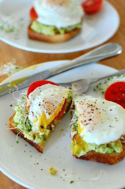 Tost z awokado i jajkiem jest bardzo sycący, zaspokoi głód na kilka godzin.