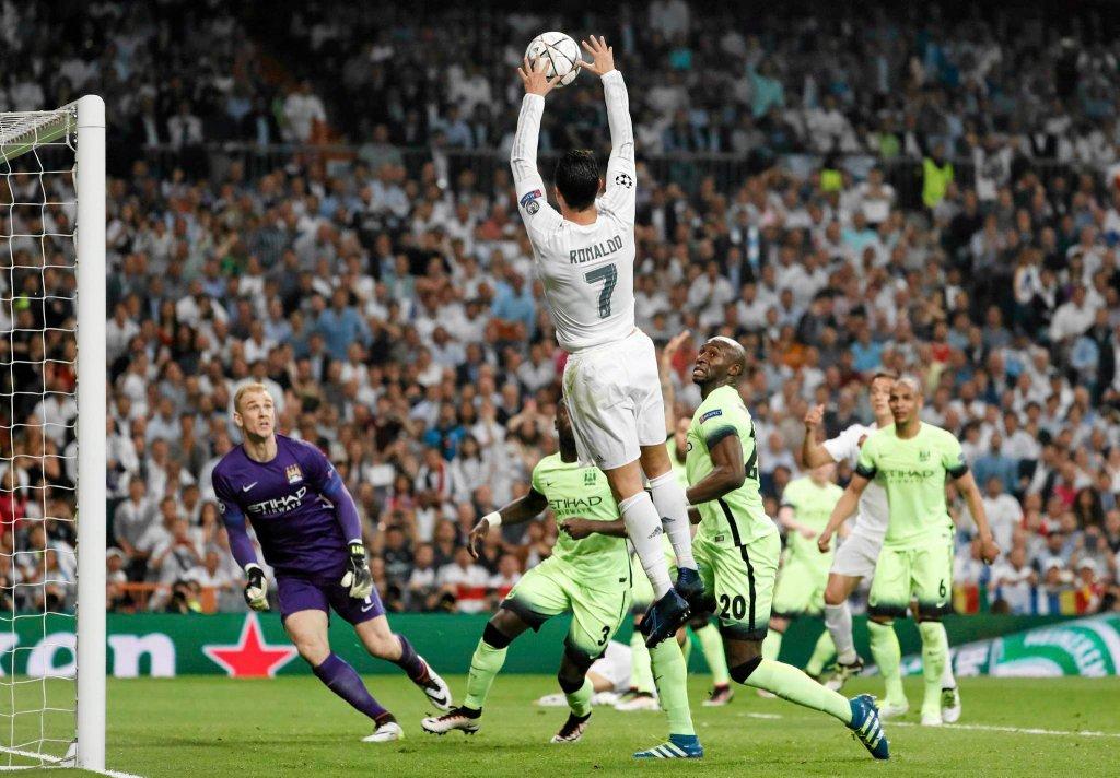 Real Madryt po samobójczym golu Fernando awansował do finału Ligi Mistrzów, w którym zmierzy się z Atletico Madryt. Wydarzeniem wygranego 1:0 meczu z City był niecodzienny wsad koszykarski w wersji piłkarskiej wykonany przez Cristiano Ronaldo. Portugalczyk złapał piłkę w rękę i wrzucił ją do bramki. Rozbawiło to wszystkich uczestników spotkania. Zobaczcie to zagranie klatka po klatce.