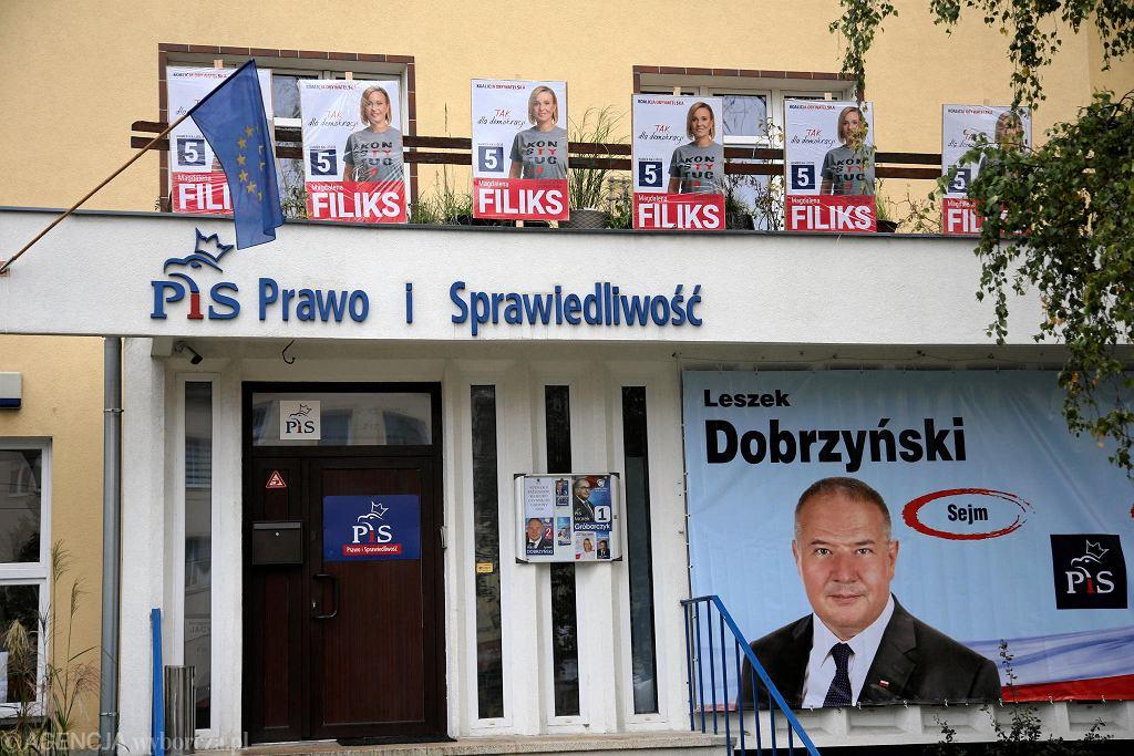 Plakaty kandydatki KO Magdaleny Filiks na balkonie nad wejściem do siedziby PiS w Szczecinie
