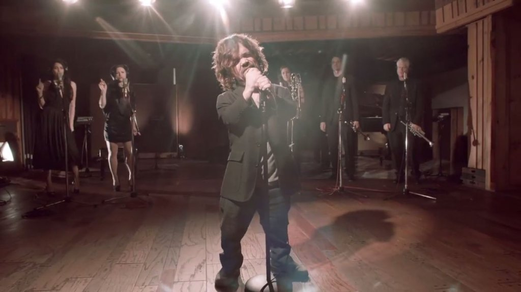 Peter Dinklage śpiewa w musicalu Coldplay