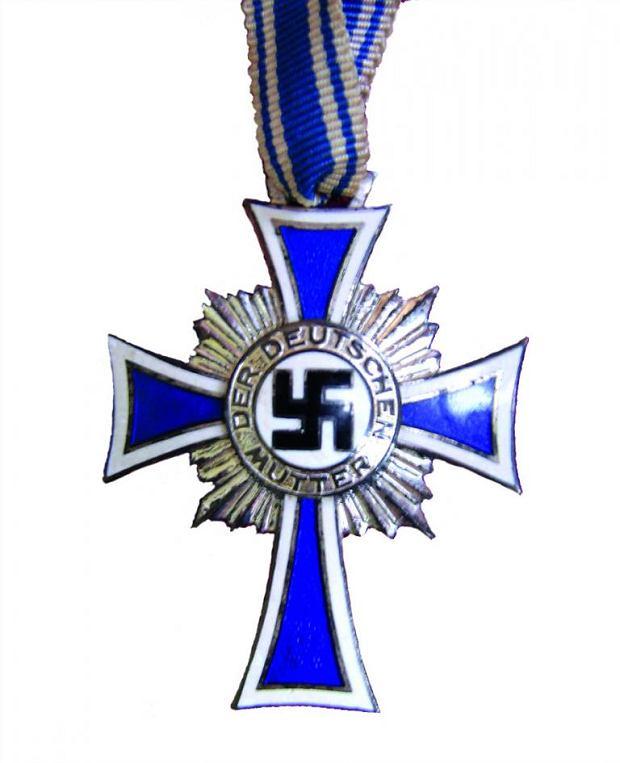 Zdjęcie numer 2 w galerii - Hitler nagradzał kobiety za wielodzietność Krzyżem Matki. Jednak nie każda mogła go dostać [fragment książki]