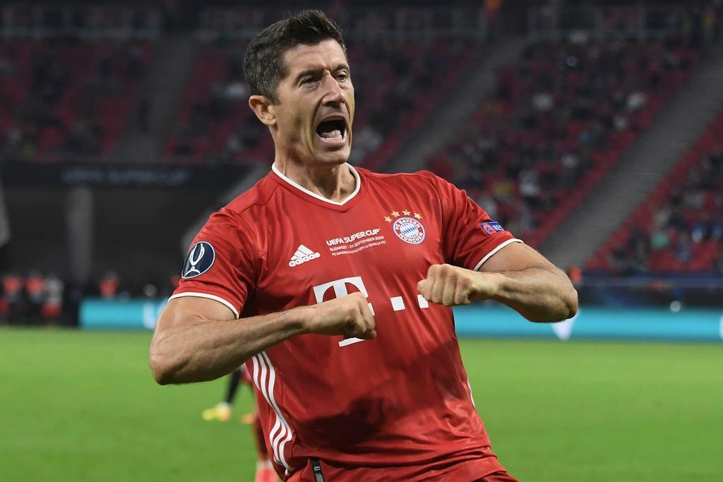 Bayern Monachium - Sevilla. Robert Lewandowski cieszy się z gola, który nie został uznany