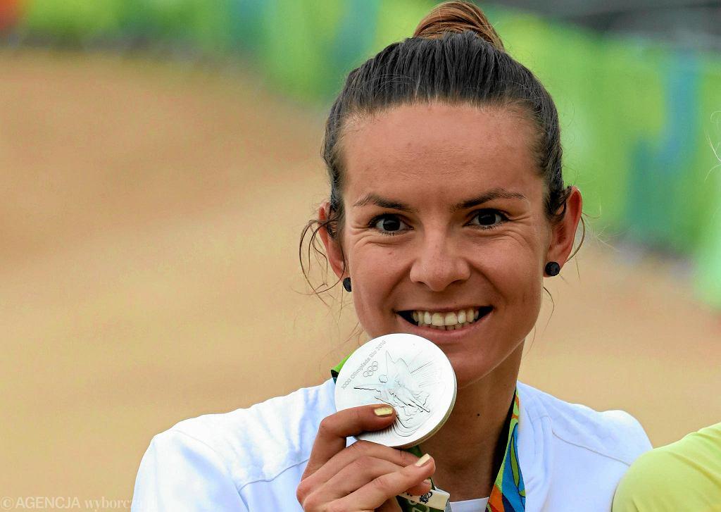 Maja Włoszczowska podczas dekoracji po wyścigu kolarstwa górskiego na igrzyskach olimpijskich w Rio Janeiro 20.08.2016