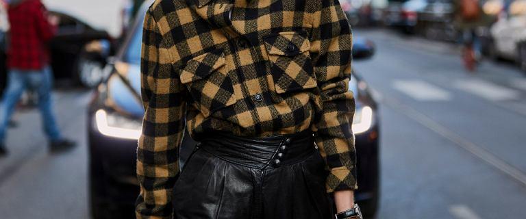 Te spodnie to gorący hit sezonu. Znajdziesz je w ofercie wielu marek. Wyglądają świetnie na każdej sylwetce!