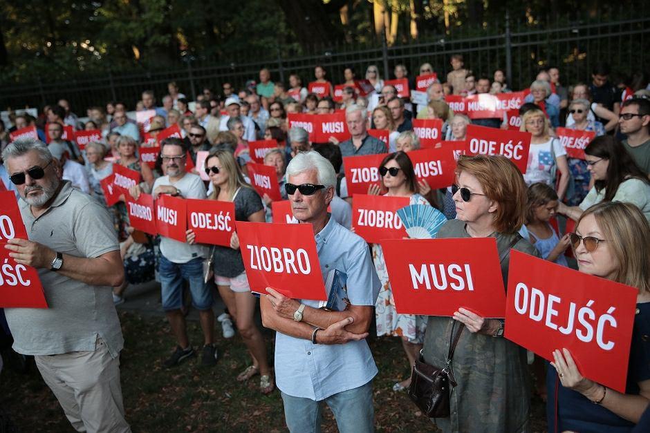 Protest '' Ziobro Musi Odejść '' pod Kancelaria Prezesa Rady Ministrów - zdjęcie ilustracyjne