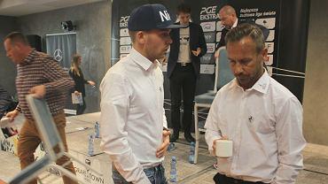 Przed sezonem 2019. Nicki Pedersen (z prawej) rozmawia z rodakiem Michaelem Jepsenem Jensenem