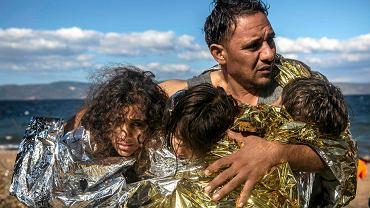 łodzie płyną cały czas, zwłaszcza na szlaku z Turcji do Grecji. Na zdjęciu uchodźcy, którzy dotarli w środę na wyspę Lesbos.